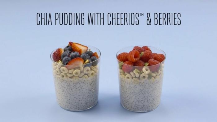 recetas de postres faciles y rapidos, vasos de postre con chia, cereales cheerios, arándanos y frambuesas
