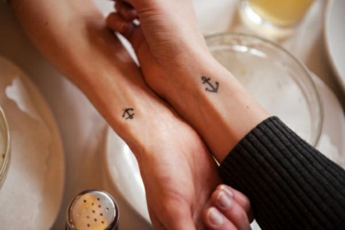 tatuajes pequeños con significado para amigas, ideas de tatuajes para hermanas, anclas tatuadas en las muñecas