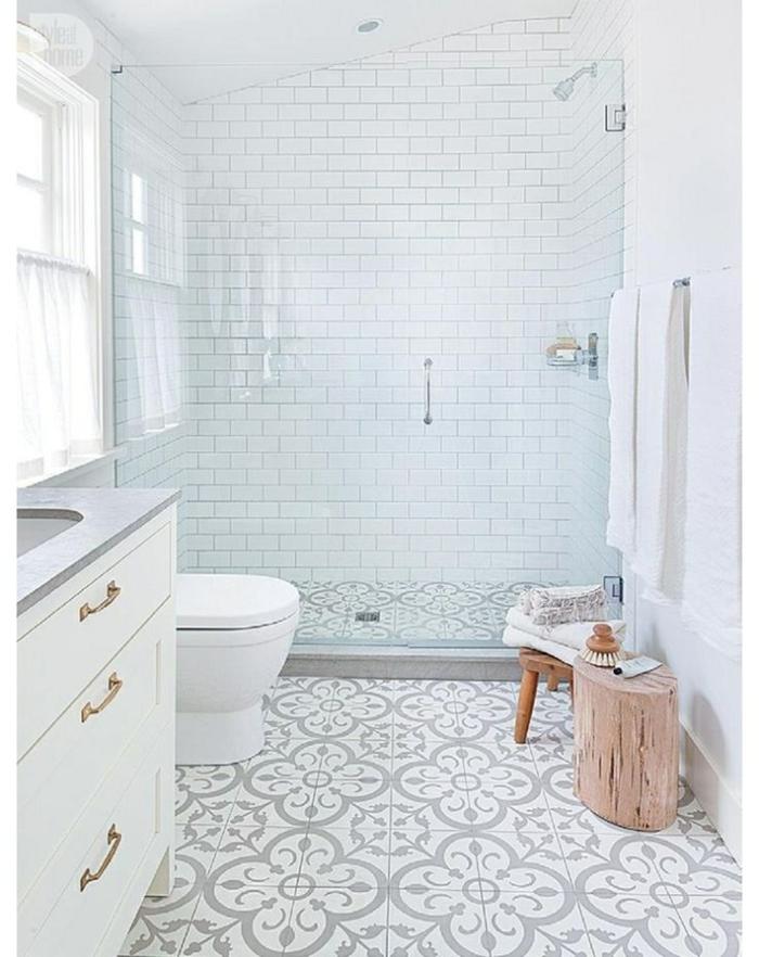 decoración aseos pequeños en blanco con azulejos ornamentales motivos florales, ideas decoración baños modernos