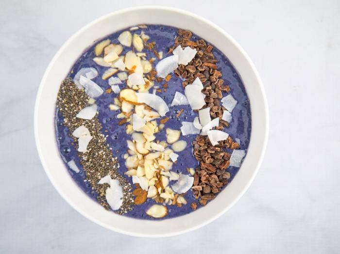 desayunos bajos en calorias, batidos de yogur con arándanos congelados, nueces, semillas y ralladura de coco