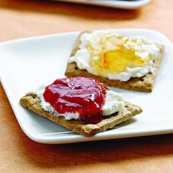 galletas integrales con crema de queso y mermeladas de fruta, ideas de meriendas sanas y nutritivas en 160 imagenes