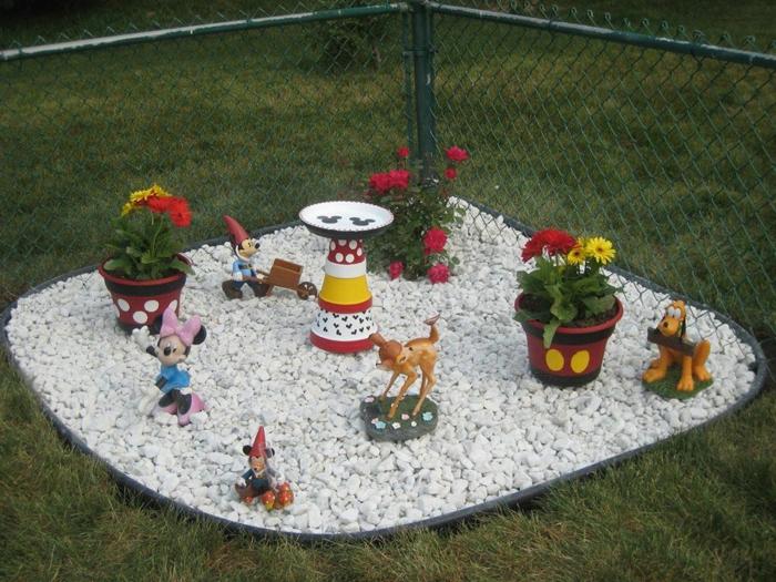 decoracion de jardines con piedras, figuras de Disney, Minnie mouse, Bambie, Mickey mouse y Pluto
