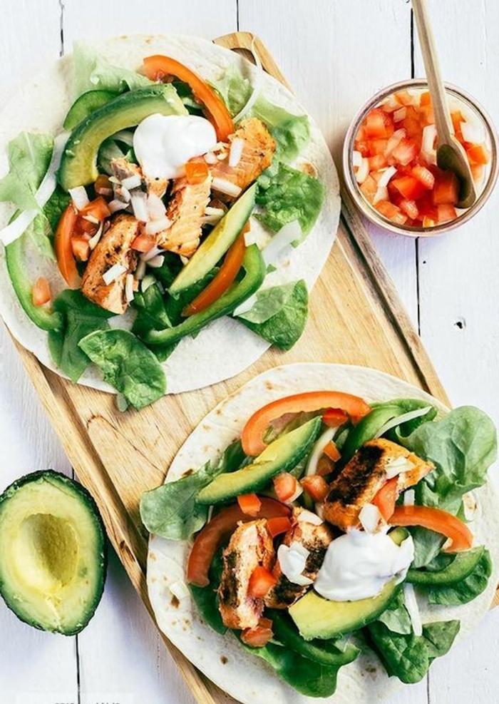tortillas con espinacas, aguacate, pollo y pepinos, ideas de desayunos con aguacate ricos y nutrientes