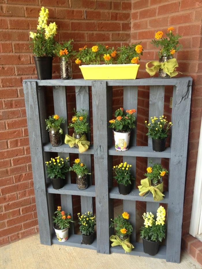 decoracion de jardines con piedras, estantería para las macetas hecha de paleta y pintada de color gris