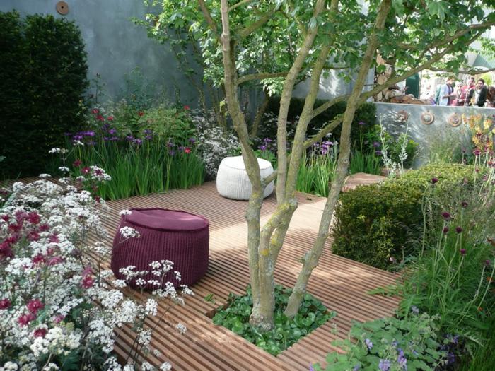 jardines bonitos con suelo de madera, flores, arbustos ornamentales y árboles, ideas de decoración espacios exteriores pequeños