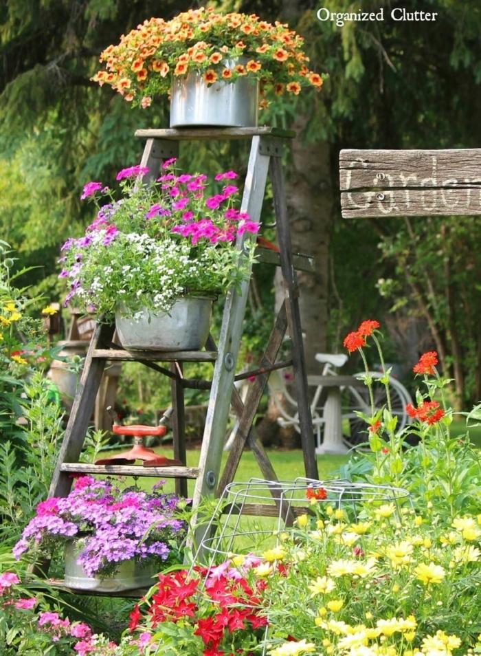 decoracion patios exteriores, escalera vieja adaptada para exponer las macetas con flores en el jardín
