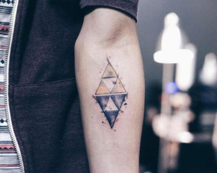 ideas para tatuajes simbólicos con motivos geométricos, rombo hecho de triángulos en amarillo y negro