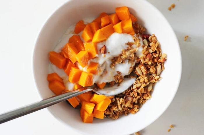 desayunos bajos en calorias fáciles de hacer, yogur con calabaza cocida y cereales, desayunos saludables ideas