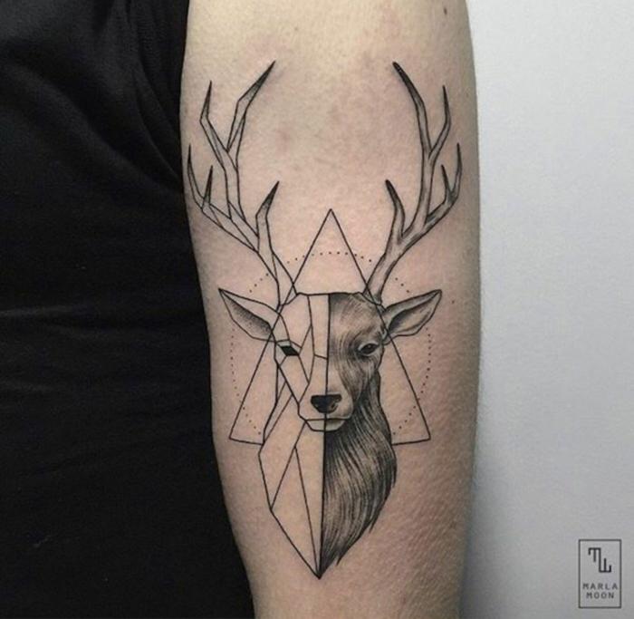 tatuajes simbolicos con animales, ciervo en dos partes, detalles geométricos, triángulo y circulo, tatuajes con gran significado para hombres y mujeres