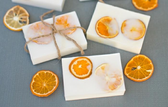 jabones naturales hechos con trozos de naranja, jabón a base de glicerina con frutas paso a paso