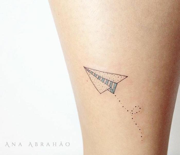 ideas para tatuajes con mensaje, avión de papel diseño discreto, tatuajes minimalistas originales