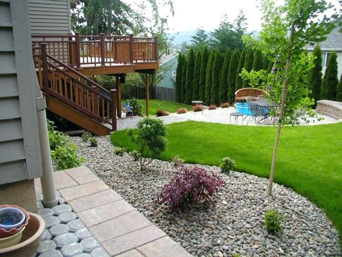 ejemplos de decoración de jardines bonitos y pequeños, suelo con canto rodado y césped