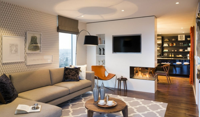 sofas pequeños con sofa marron y alfombra de figuras geometricas y mesa redonda de madera