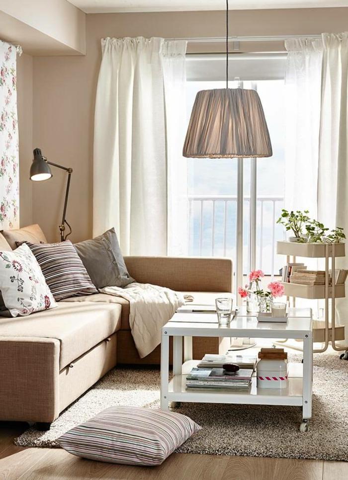sofas pequeños, sala de estar pequeña con lampara en forma de cono baja colgada del techo