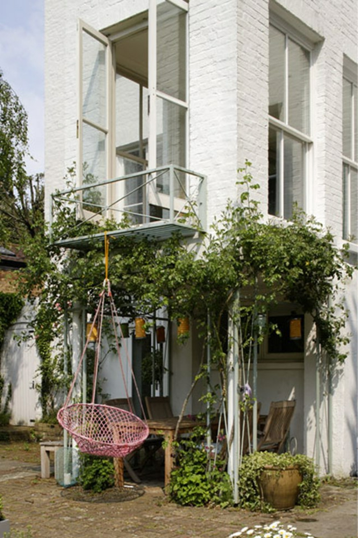 ingeniosa idea de decoración, silla colgante atada en en terraza, jardín pequeño y acogedor