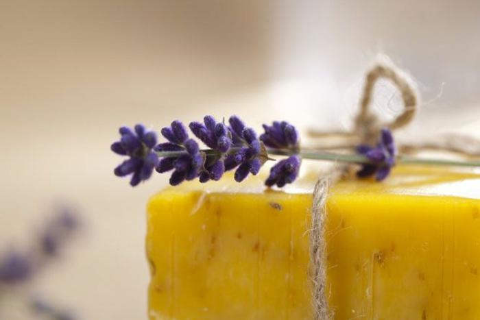 jabon de glicerina casero con decoración de lilas, ideas de regalos personalizados hechos a mano