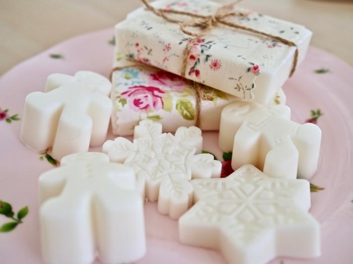 recetas sobre como hacer jabon con aceite natural, pequeños detalles navideños para regalar hechos de jabón