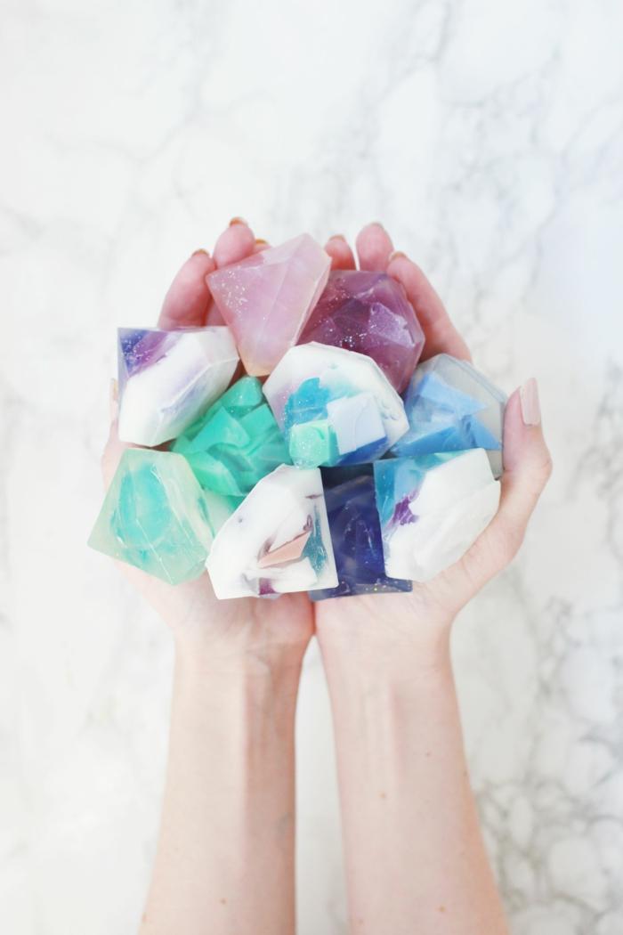 preciosa idea sobre cómo hacer jabon de glicerina decorativo personalizado, jabones en forma de diamantes