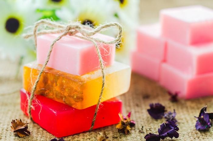 ejemplos sobre como hacer jabon con aceite, pequeñas barras de jabón en diferentes colores