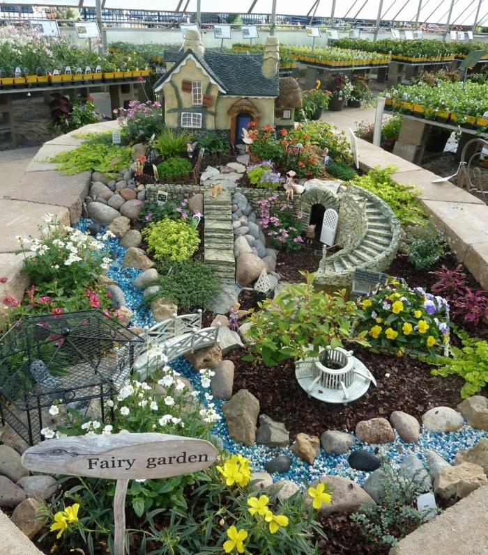 jardines bonitos pequeños, preciosa decoración jardín de hadas con piedras decorativas y flores