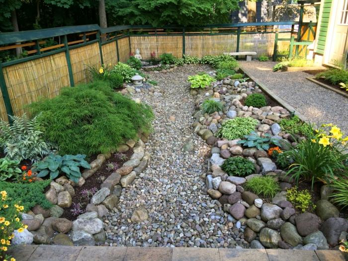 como decorar un espacio exterior de tamaño pequeño, jardines bonitos con canto rodado y bolos