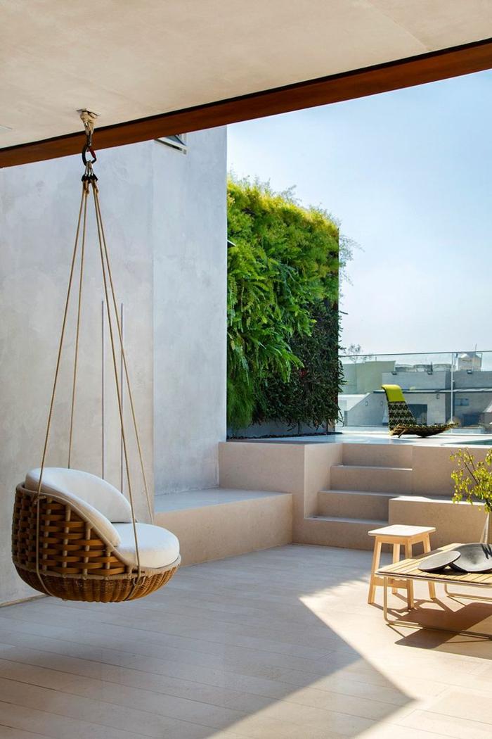 decoracion de jardines, hamaca de madera de sentarse colgada de la terraza parte del jardin