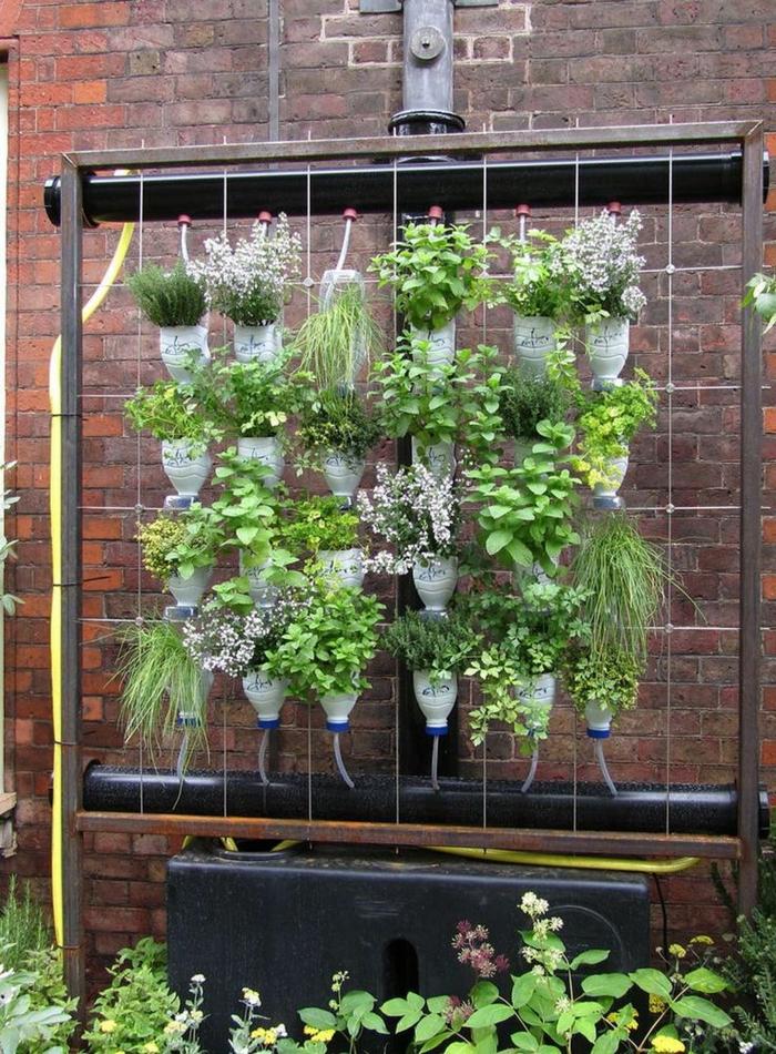jardinera vertical DIY hecha de botellas de plástico, ideas originales de decoración jardines bonitos