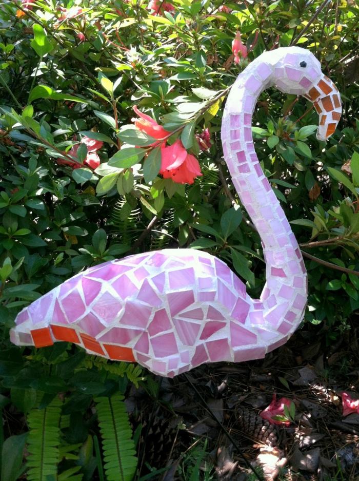 decoracion de jardines rústicos, flamingo demosaico con azulejos y cristales rosas en el jardín