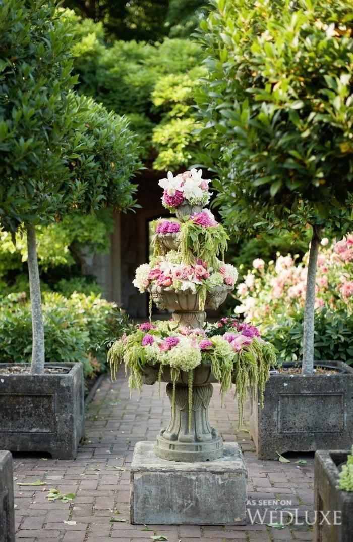 decoracion de jardines rústicos, fuente de tres niveles vintage, decorada con flores colgantes en rosa y blanco