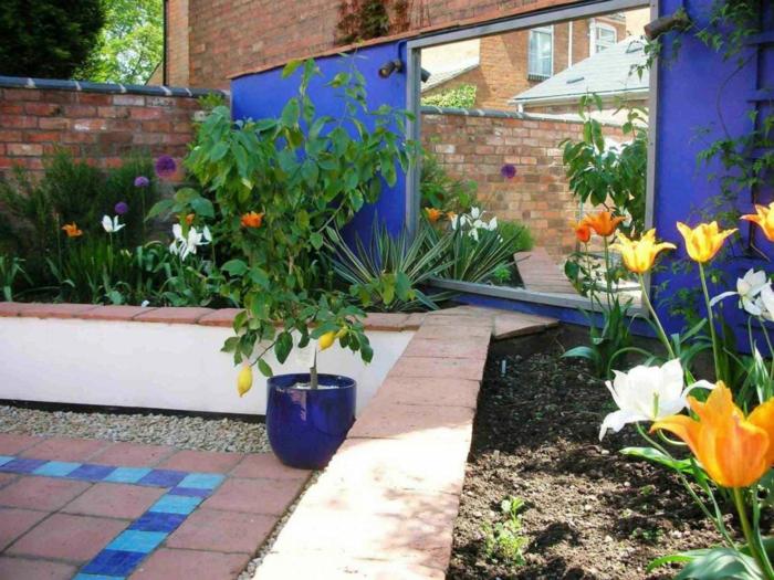 ideas de decoración jardin mediterraneo, espacio decorado con flores y detalle en azul turquesa
