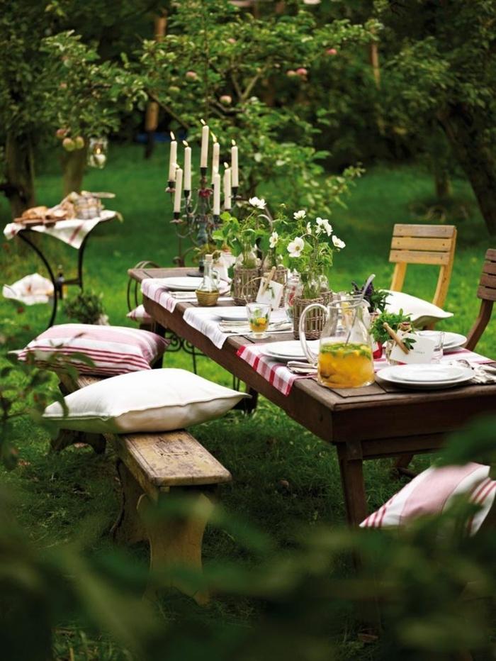 ideas para jardines, un jardin romantico, rustico y de ensueño con banco de madera y cojines