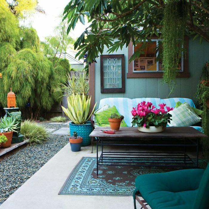 decoracion de jardines rústicos, sofá de triple asiento con la parte cubierta del jardín con macetas grandes