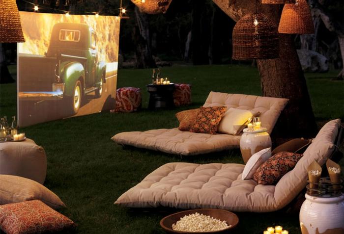 decoracion de jardines rústicos, jardín por la noche con proyección de películas, estilo romántico