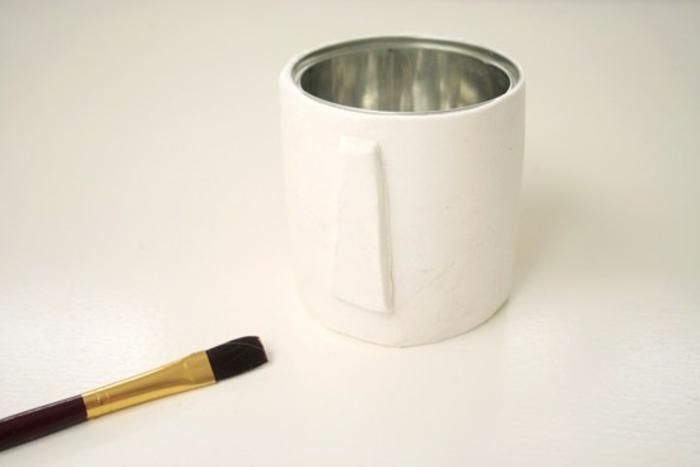 como hacer un jarron decorativo de arcilla blanca y lata de metal recyclada, manualidades faciles y rapidas