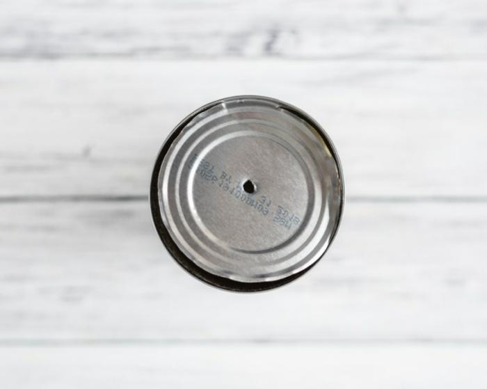 pasos para hacer manualidades con material reciclado, latas de metal para hacer jarrones decorativos DIY