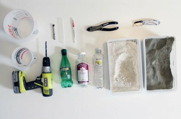 materiales necesarios para hacer jarrones DIY con botellas plasticas, botellas de vidrio y arcilla
