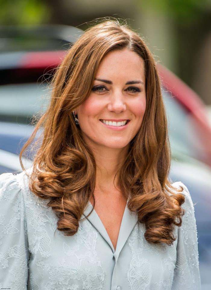 cortes de pelo media melena capas, Kate Middleton con cabello con mechas balayage claras puntas rizadas