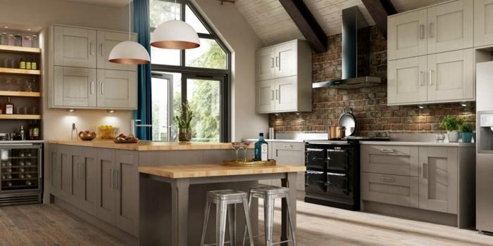 cocina con isla de madera con ventana grande con puerta que te lleva a la terraza y con lámparas blancas colgantes