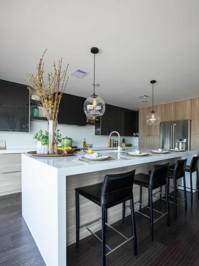 cocina moderna con barra americana en blanco y sillas en negro, cocinas integradas en el salon fotos
