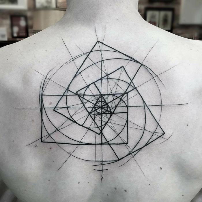 grande tatuaje en la espalda, diseño super original tinte negro, elementos geométricos originales