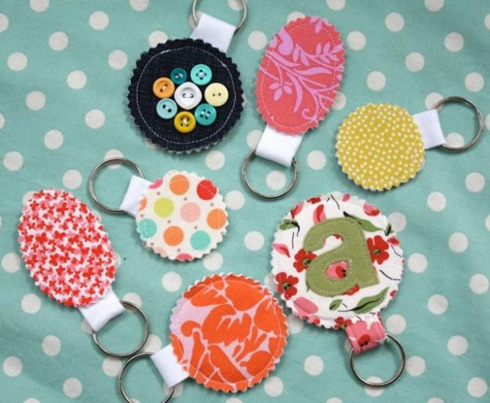 ejemplos de manualidades faciles y rapidas con materiales reciclados, llaveros decorativos con tela reciclada