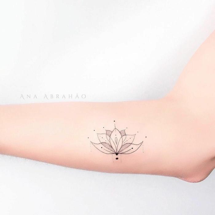 tatuajes femininos, diseño original y bonito, flor loto simbolo de fuerza y feminidad, ideas de tatuajes con mensaje