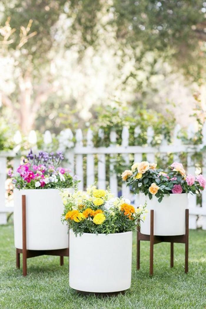 preciosa decoración con macetas modernas en blanco de forma original, jardines pequeños y bonitos