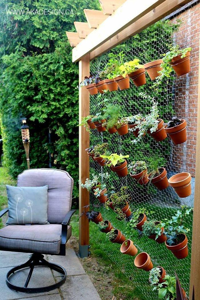 decoracion de jardines rústicos, marco de madera y alambre para colgar las macetas en el jardín