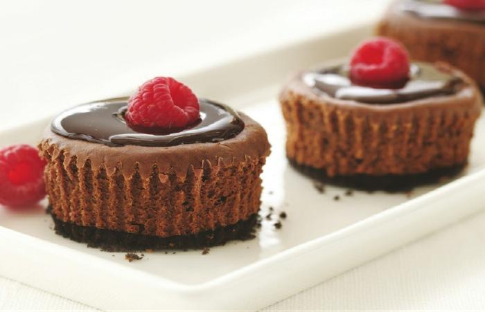 recetas de postres faciles y rapidos, magdalenas con glaseado de chocolate decoradas con fambuesas