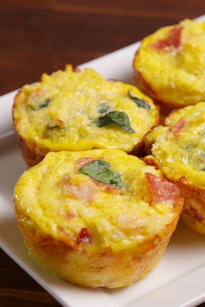 magdalenas saladas hechas de huevo con verduras, desayunos con aguacate recetas fáciles y saludables
