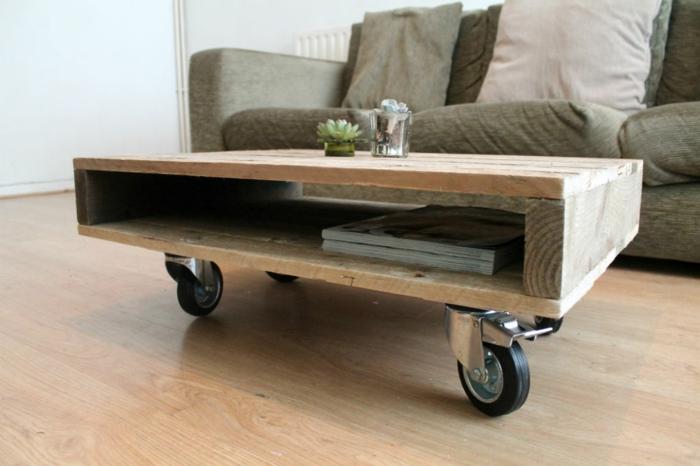 manualidades con palets, mesa pequeña cuadrada para el salón con ruedas y con espacio para revistas