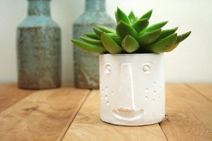 manualidades faciles y rapidas para decorar la casa, pequeño jarrón de arcilla con cara para plantas suculentas