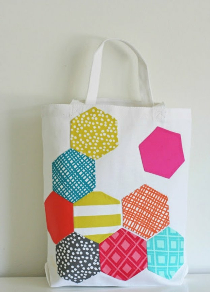 manualidades faciles y rapidas con tela, bolso DIY decorado de trozos de telas coloridas