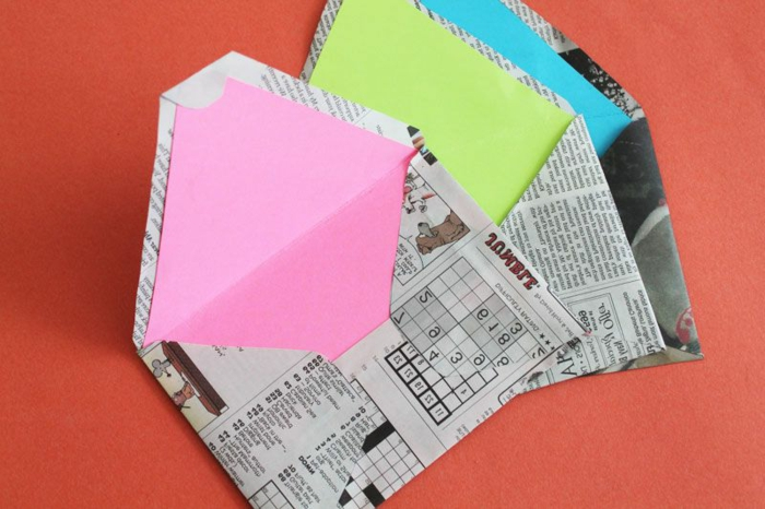 ideas originales de manualidades para niños, sobres de papel periódico reciclada paso a paso